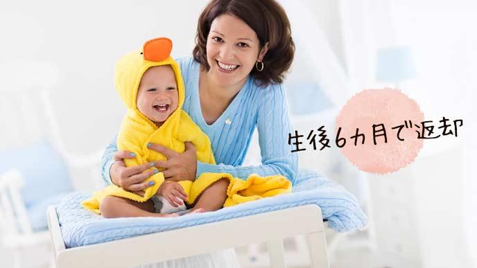 おむつ替え台の上で赤ちゃんを押さえる母親
