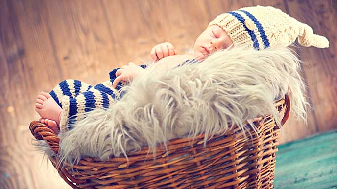 バスケットの中で眠る赤ちゃん