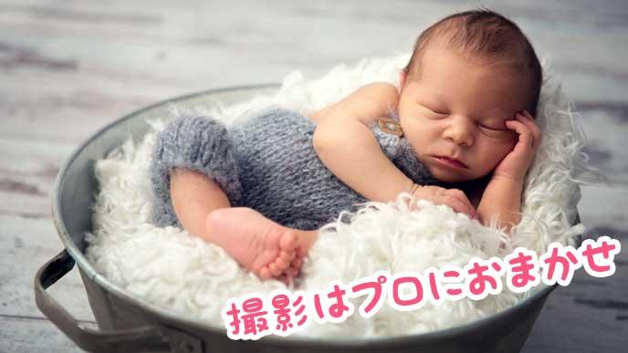 ウールの中で寝ている赤ちゃん
