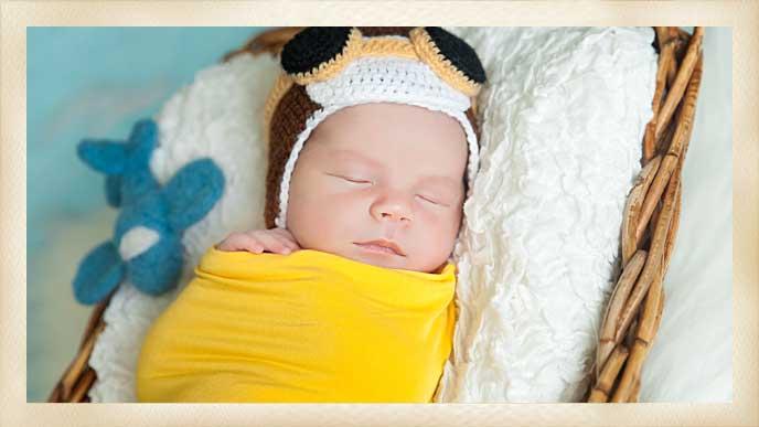 毛糸の帽子を被ってぐっすり眠っている赤ちゃん
