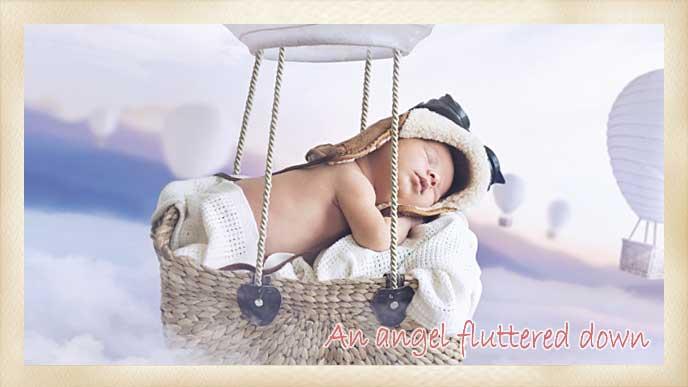雲の上で気球の中で眠る赤ちゃん