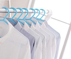 室内でシャツを乾かす