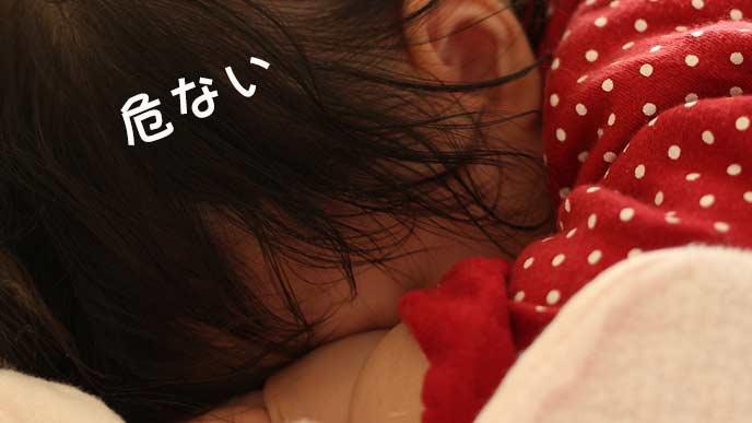 うつ伏せで眠る赤ちゃん