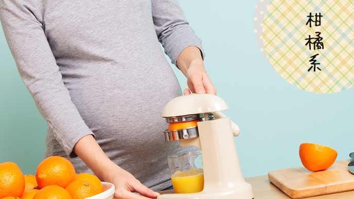 オレンジジュースをミキサーで作る妊婦