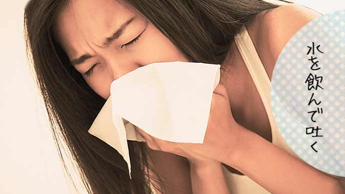 吐きそうになって口を押える妊婦