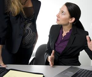 上司に状況報告する妊婦