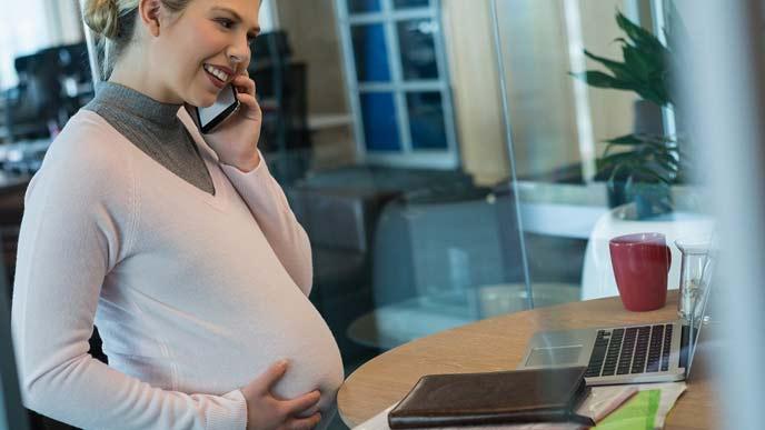 仕事中の妊婦