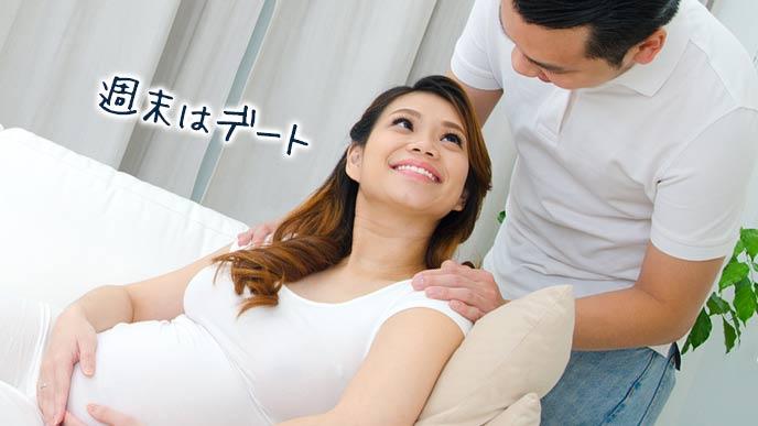 夫と笑顔で会話する妊婦
