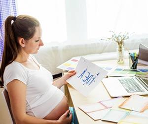 自宅で仕事する妊婦