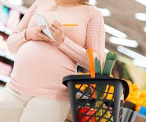 メモしながら買い物する妊婦