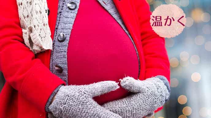 外出して冬のコートを着た妊婦