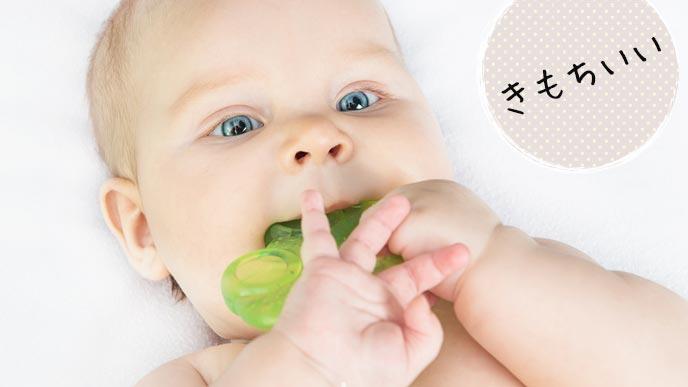 歯固めを噛む赤ちゃん