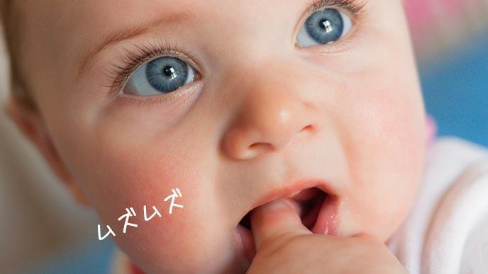 口の中に指を入れる赤ちゃん