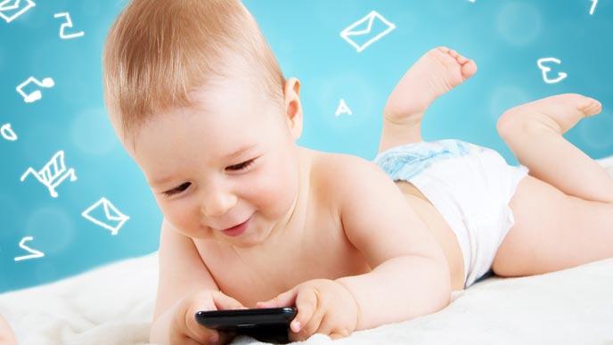 スマホで音楽を聴く赤ちゃん