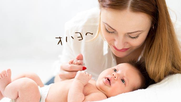 朝起きて赤ちゃんに声をかける母親