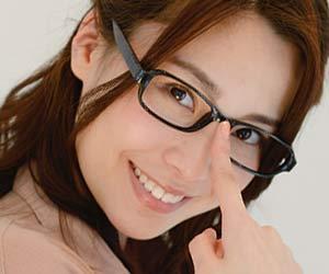 眼鏡を指先で押さえる女性