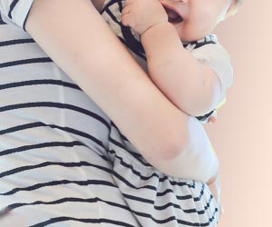 子供の抱き方を変える母親