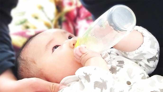 ミルクを飲んでる赤ちゃん