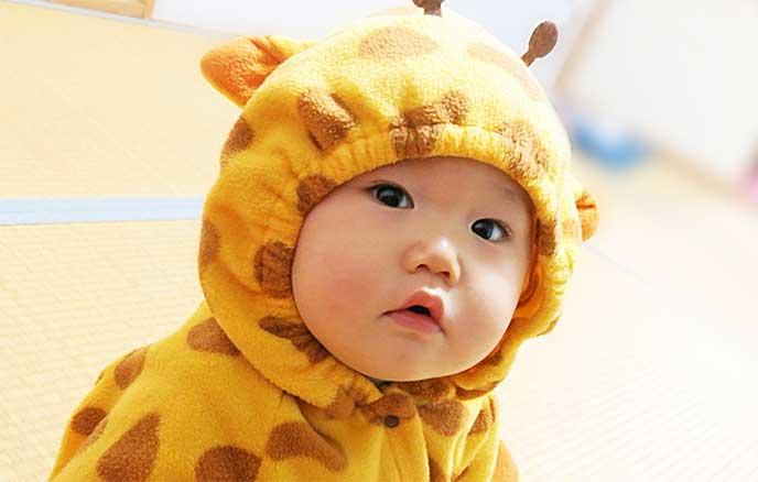 キリンの着包みを着た赤ちゃん