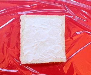 食パンにプレーンヨーグルトを塗る