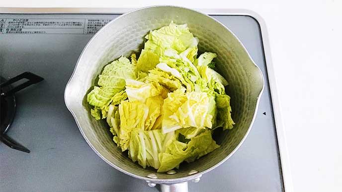 鍋で蒸しにされてる白菜