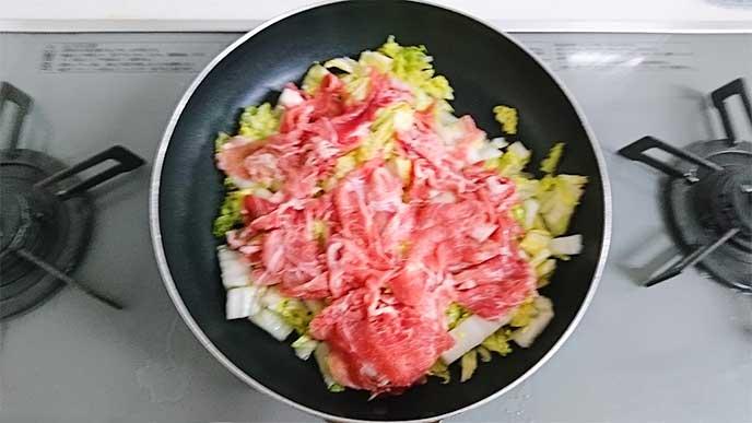 白菜と豚肉が入ってるフライパン