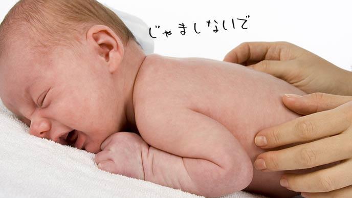 おむつ交換で泣く赤ちゃん