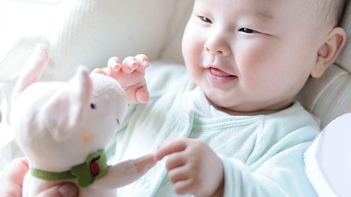 お気に入りの玩具に笑顔の赤ちゃん