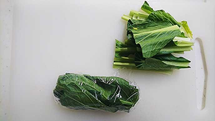 茎と葉を分けラップをかけた小松菜