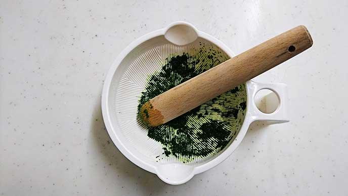 すり鉢ですり潰した小松菜