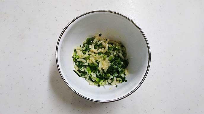 うどんと卵と小松菜が入ってるボウル