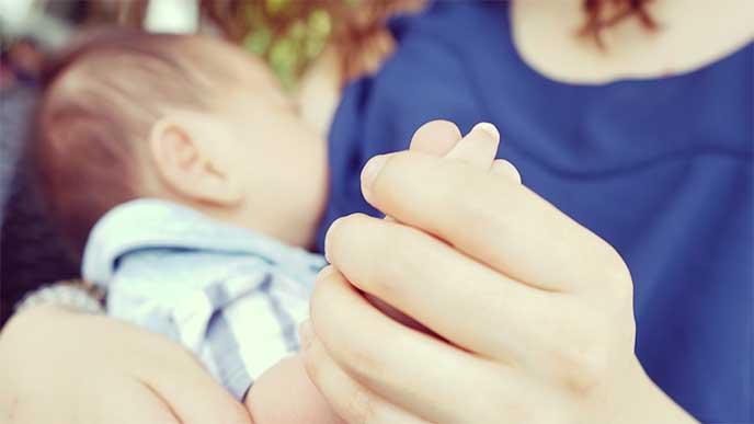 赤ちゃんに授乳してるママ