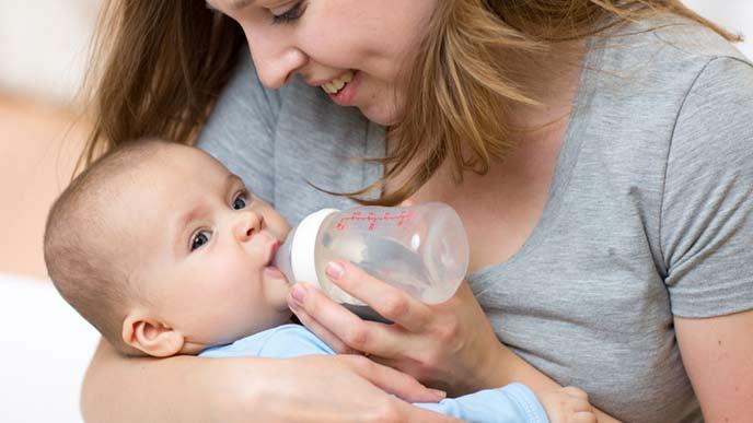 哺乳瓶で母乳を飲む赤ちゃん