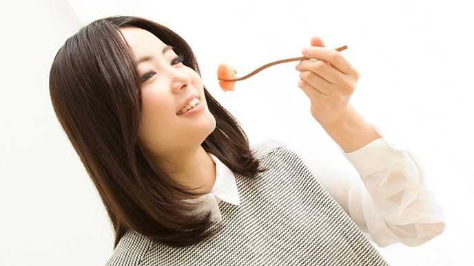 生ハムを食べてる女性