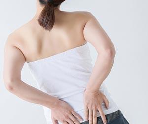 腰を押さえる女性