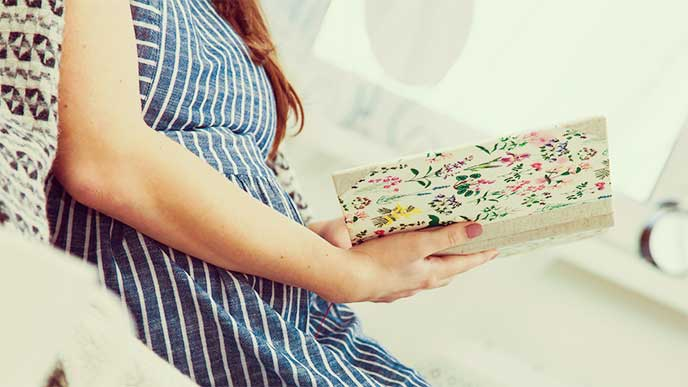ゆっくり休んで本を読んでる妊婦さん