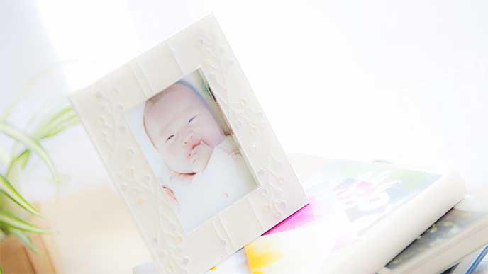 新生児が写ってる写真立て