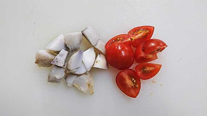 角切りの里芋と4等分にされたミニトマト
