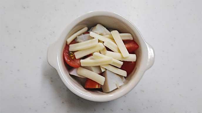 耐熱皿に入れた里芋とミニトマトにとりけるチーズを乗せる