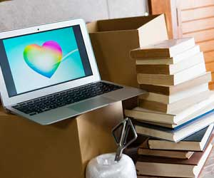 積まれた本とパソコン
