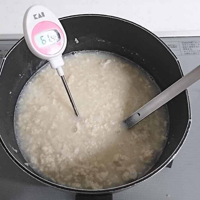 ごはんと水を入れて混ぜ合わせ60℃前後になるまで加熱