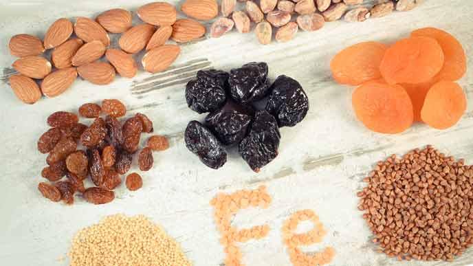 鉄分が含まれるナッツやドライフルーツ