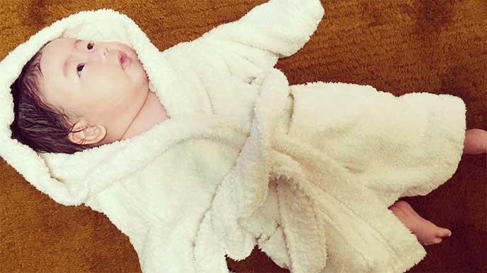 お風呂上がりのタオルに包まれた赤ちゃん