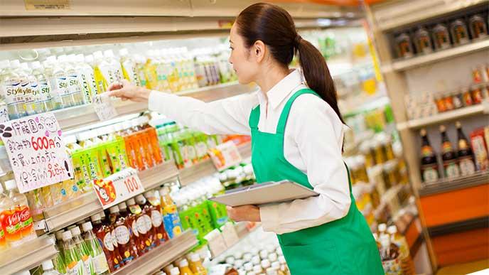 スーパーで働いているパートの女性