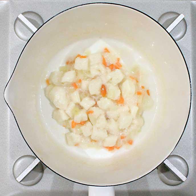 鍋の中にあるミルクがしみ込んだ食パン