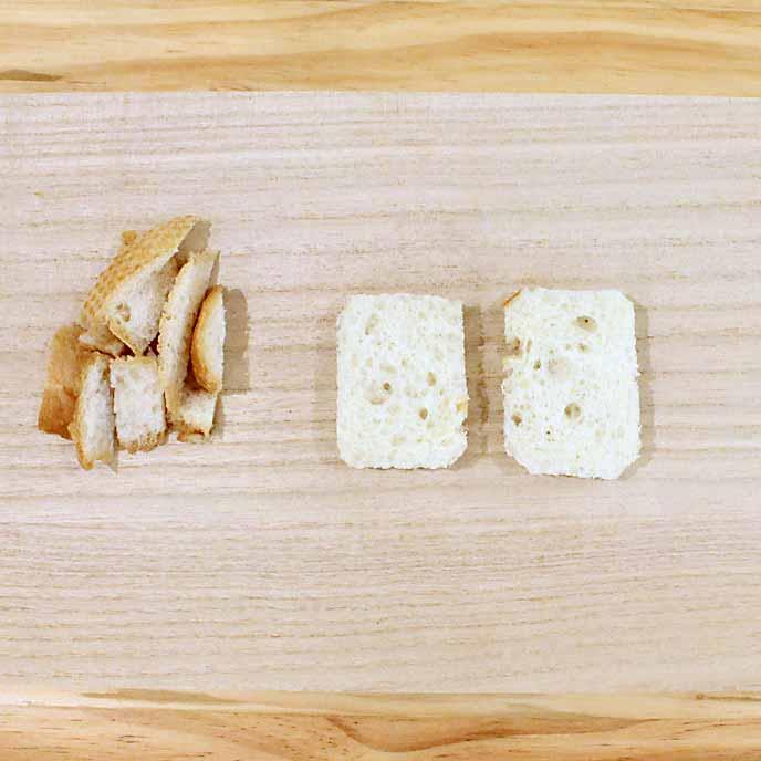 まな板の上で分けられたフランスパンの耳の部分と白い部分