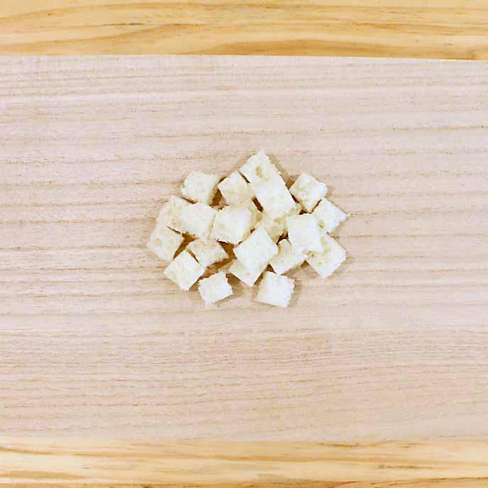 まな板の上にある一口大のフランスパン白い部分