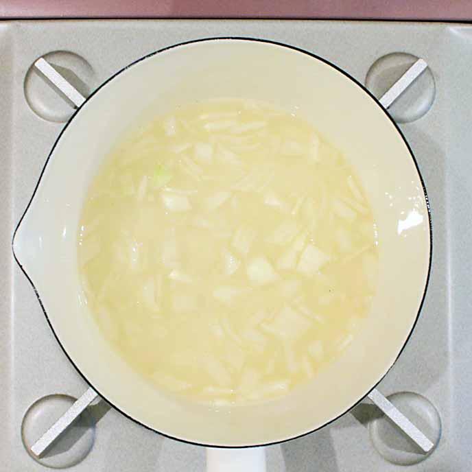 玉ねぎと野菜スープが入った鍋