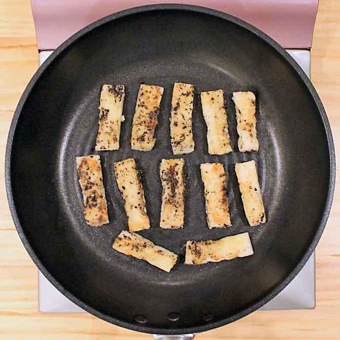 フライパンで焼かれるパン