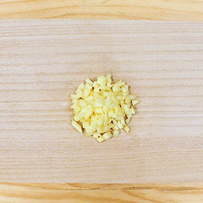 まな板のうえで荒みじん切りされたりんご
